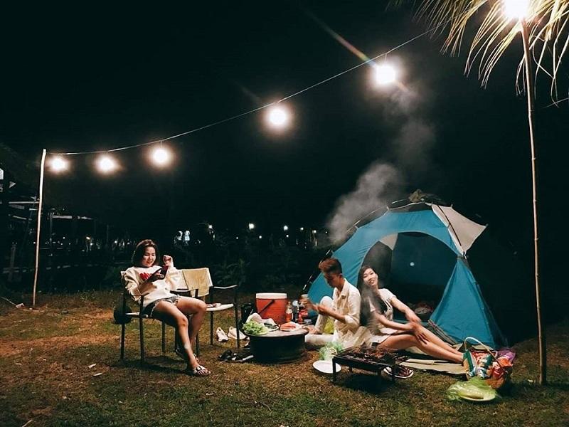 Dựng lều trại và tổ chức ăn uống vào buổi tối