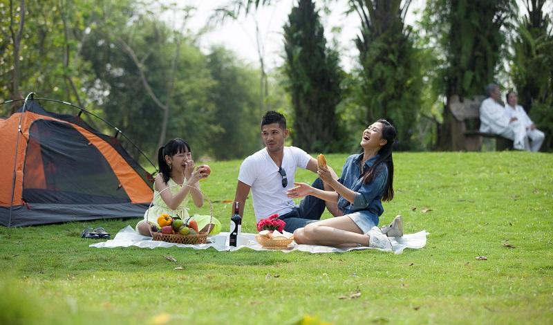 Gia đình tổ chức ăn uống và cắm trại tại Ecopark