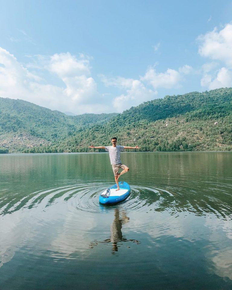 Chèo thuyền Sup trên hồ
