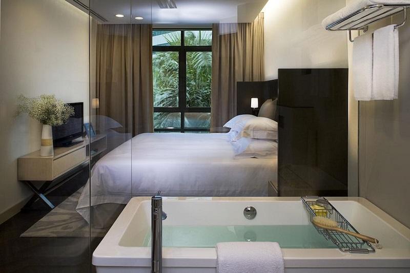 Phòng nghỉ được trang trú tường kính tại Fraser Suites Singapore