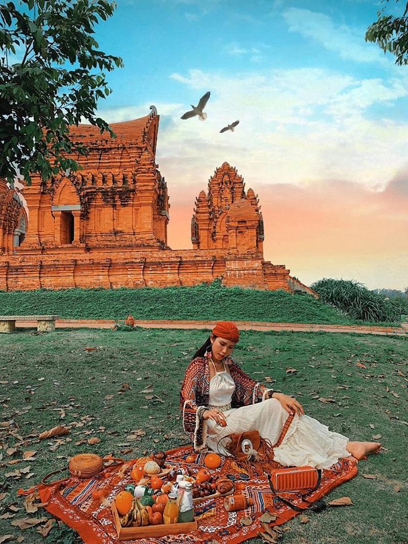 Các công trình kiến trúc đậm bắt mắt ở bên trong làng văn hóa dân tộc