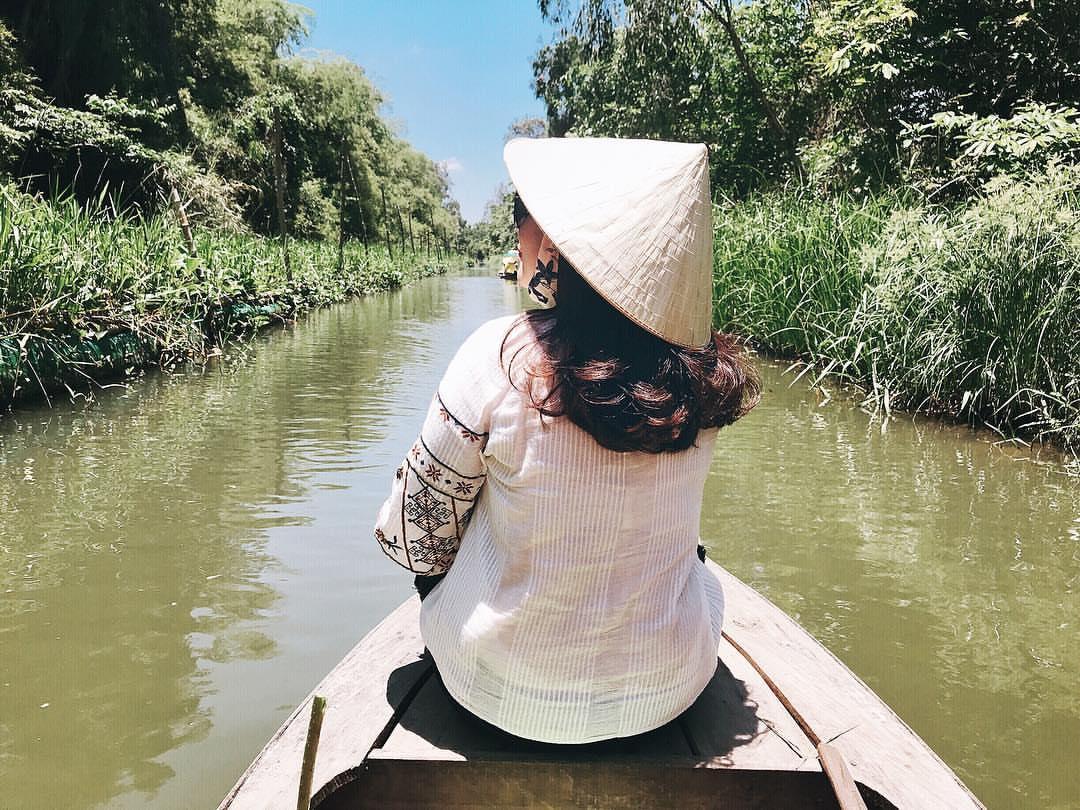 đi thuyền trên khu sinh thái Gáo Giồng