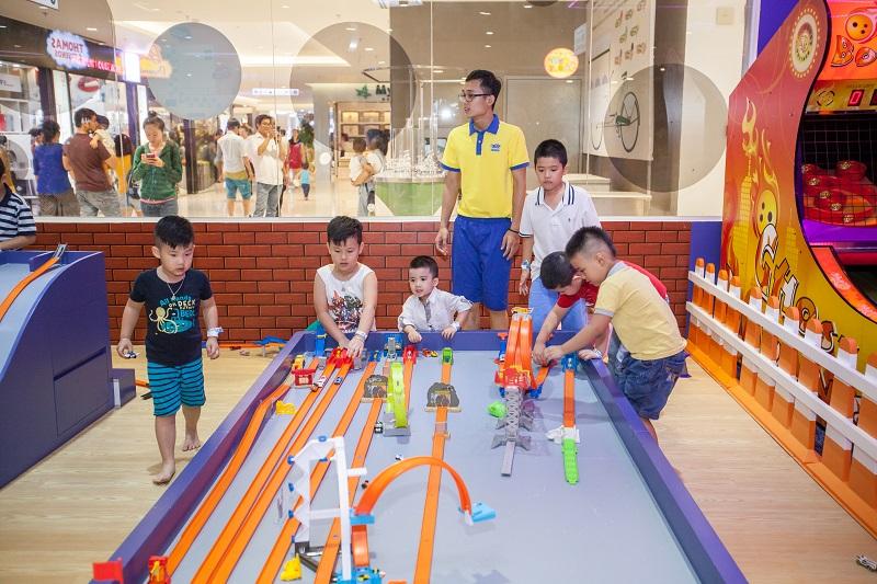Các bé nhỏ vui chơi mô hình một cách hào hứng