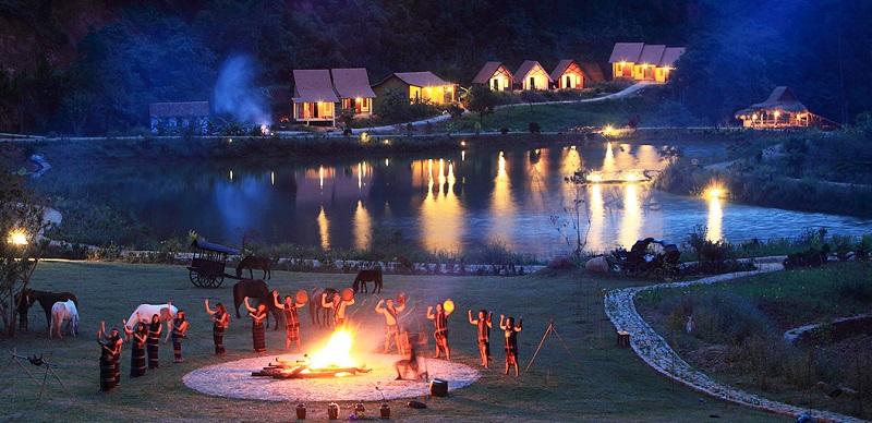 Đốt lửa trại cùng nhảy múa ở làng Cù Lần