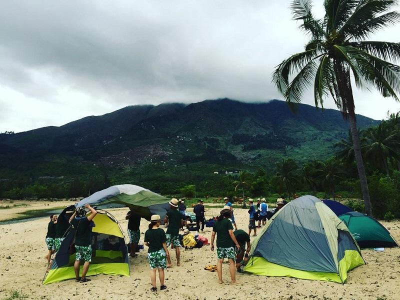 Rất đông các bạn trẻ ghé tới Làng Vân để cắm trại