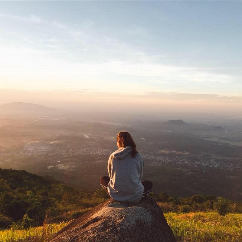Ngồi trên đỉnh ngọn núi Chứa Chan