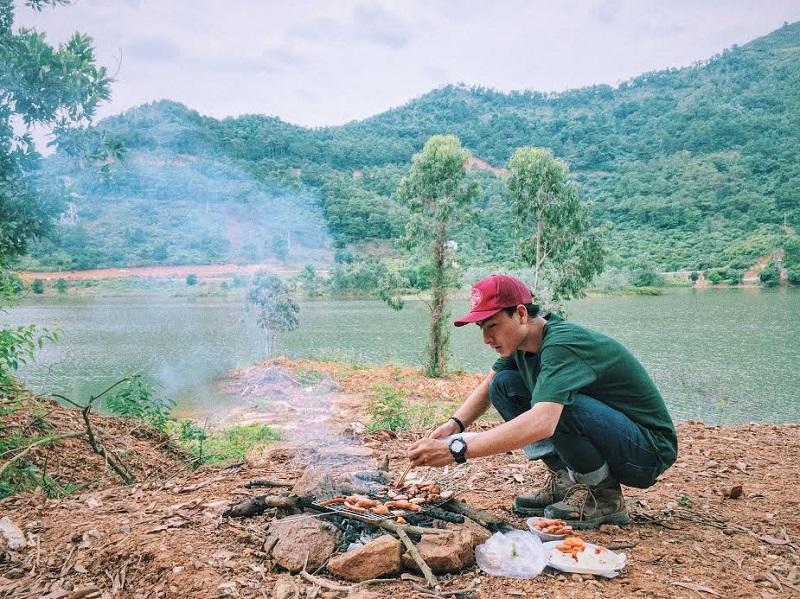 Mang theo than củi để tổ chức nướng thịt
