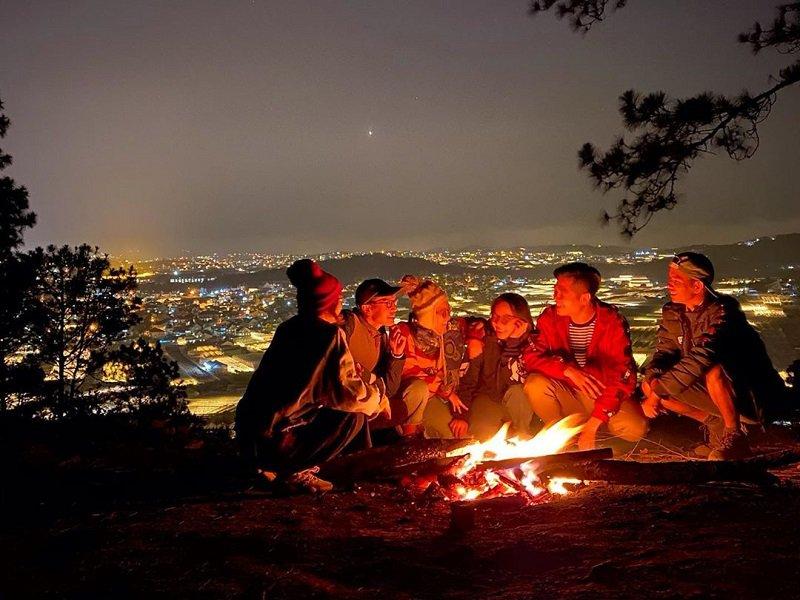 6 người trò chuyện và đốt lửa trại trên đỉnh đồi Langbiang