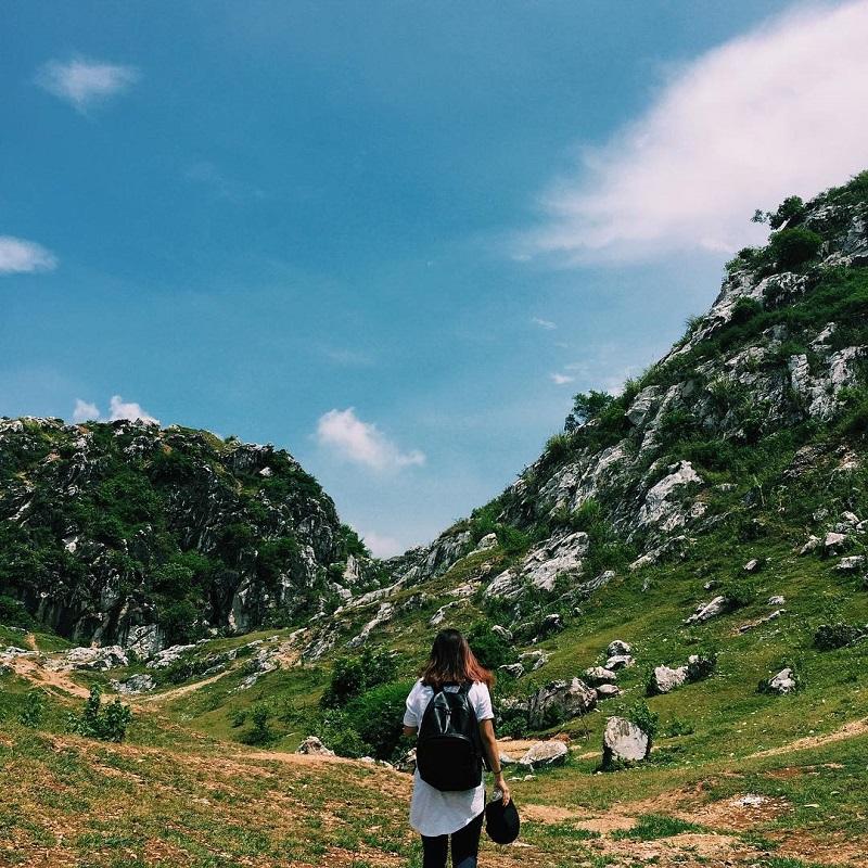 Núi Trầm với những dãy núi đá vôi hùng vĩ