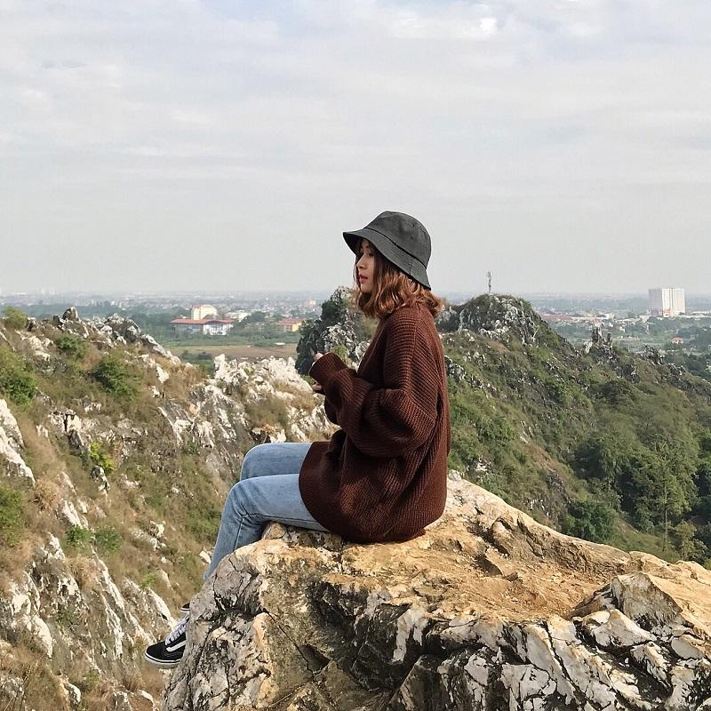 Từ trên đỉnh núi Trầm bạn có thể ngắm nhìn khung cảnh xung quanh