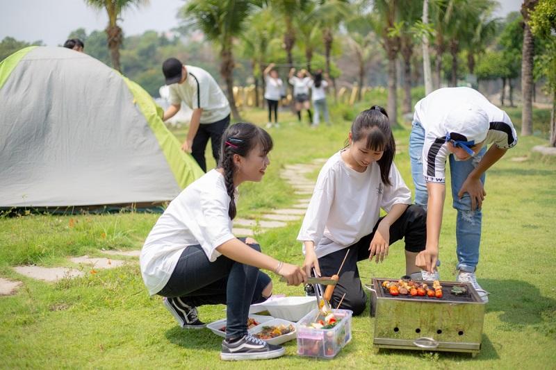 Làm đồ nướng ở khu cắm trại Bửu Long