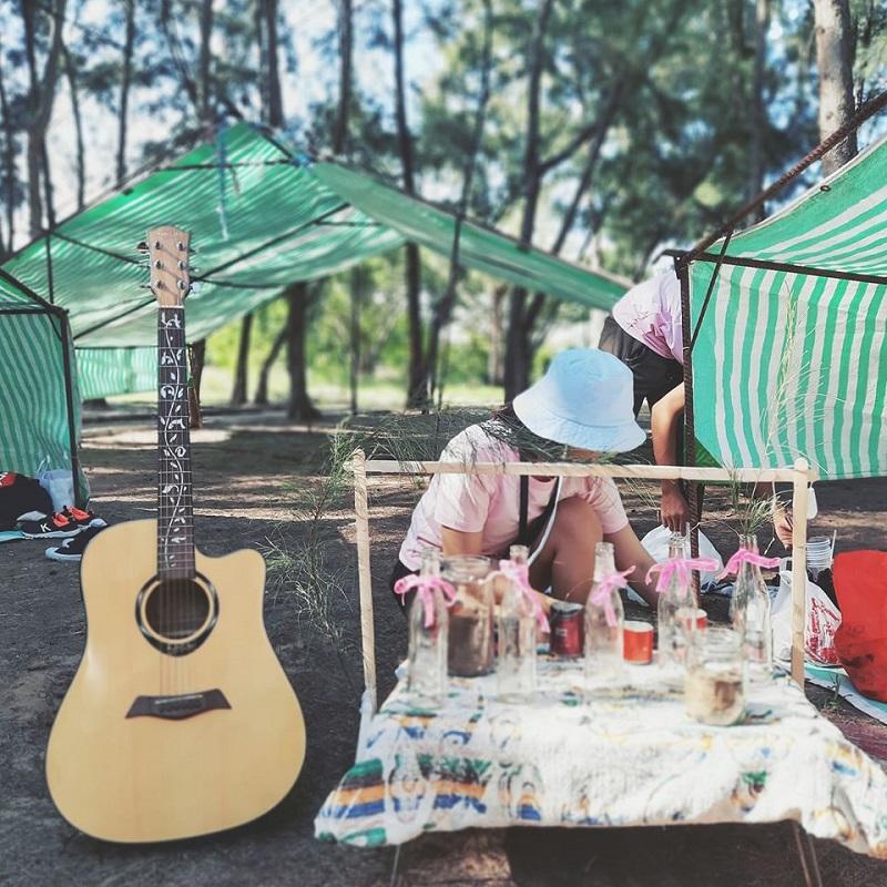 Chuẩn bị đồ ăn và trang trí lều trại