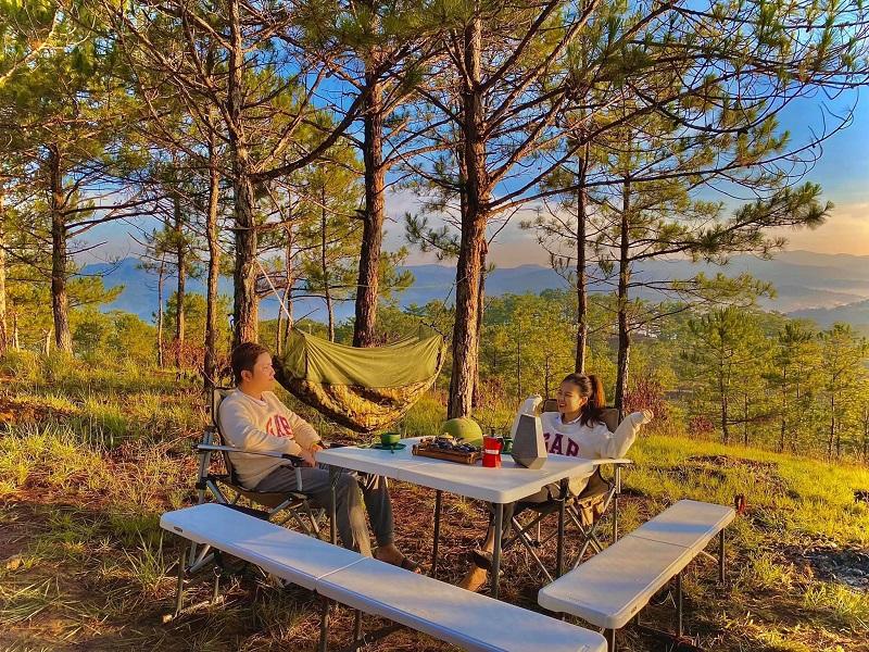 Mang theo bàn ghế xếp để ăn uống tại không gian trong xanh của đồi cỏ hồng