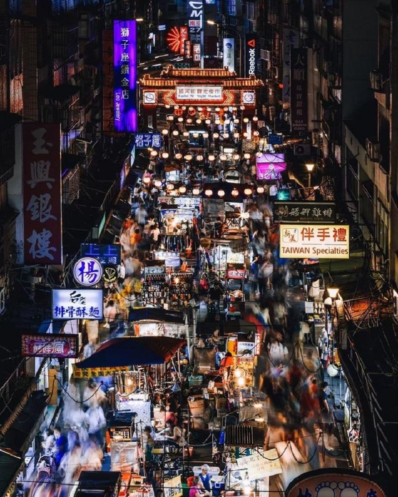 Khung cảnh tấp nập ở một khu chợ đêm Đài Loan