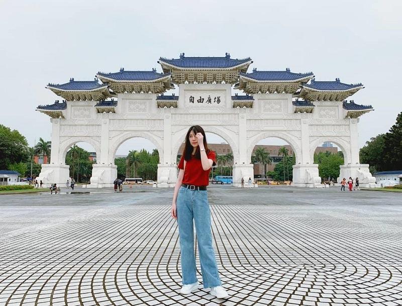 Check in khuôn viên phía cổng chính đi vào đài tưởng niệm Tưởng Giới Thạch