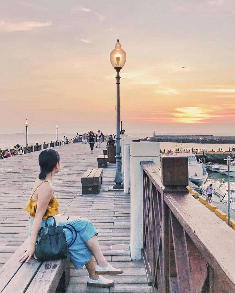 Cảng biển Tam Sui đông đúc vào lúc hoàng hôn mùa hè