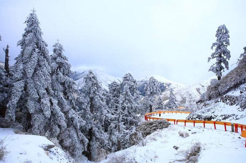 Ngọn núi tuyết Xueshan trắng xóa bởi tuyết rơi