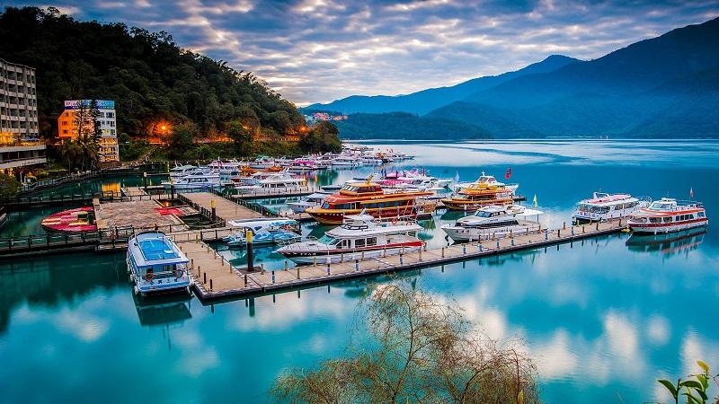 Bạn có thể khám phá hồ Nhật Nguyêt bằng xe đạp hoặc đi thuyền