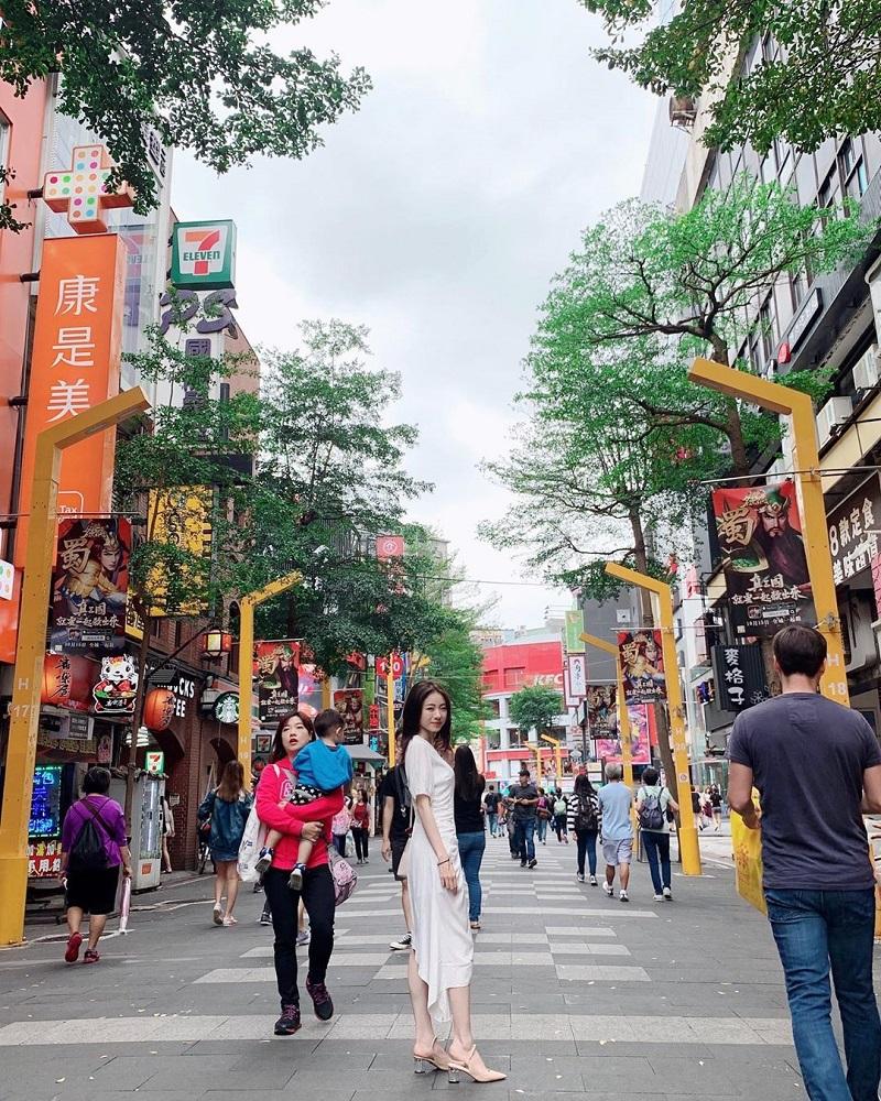 khu mua sắm Tây Môn Đình là phố đi bộ, xung quanh có rất nhièu các cửa hàng bày bán nhiều mặt hàng khác nhau