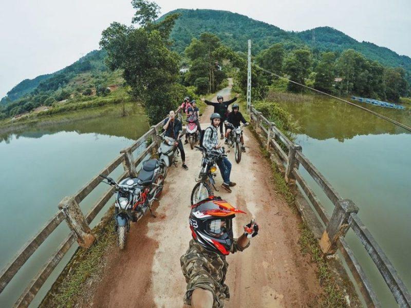 Nhóm phượt di chuyển bằng xe máy đến điểm cắm trại