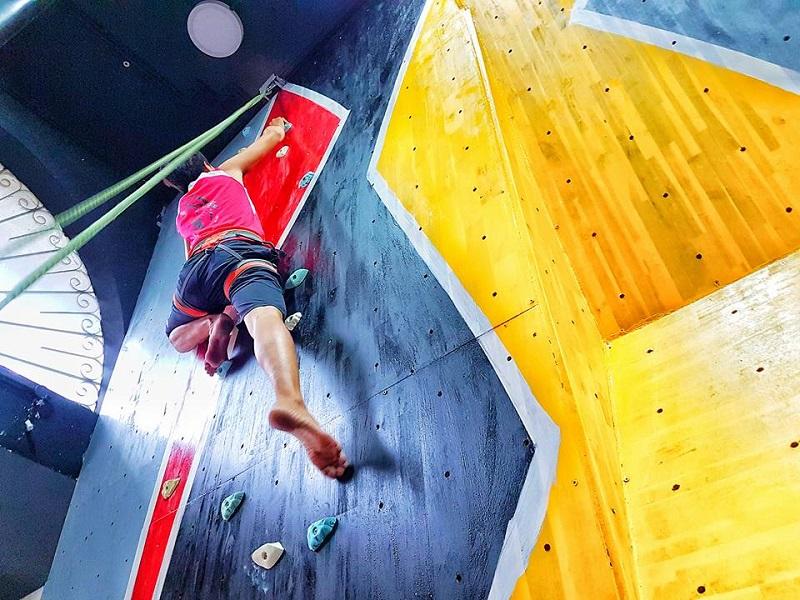 Người chơi được thử thách leo núi trên bức tường dựng thẳng đứng