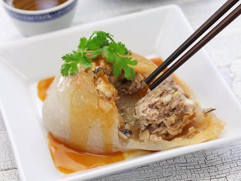 Vỏ bên ngoài của món thịt viên Bawan là lớp bột dẻo, bên trong thịt được ấm đậm đà