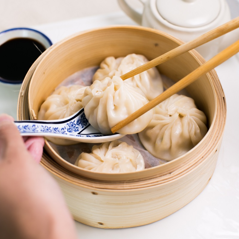 Tiểu Lung Bao thường đươc hấp trong các xửng, khi ăn chấm kèm với xì dầu