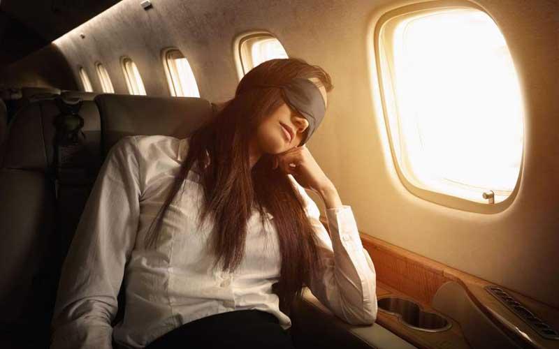Sử dụng bịt mắt ngủ trên máy bay