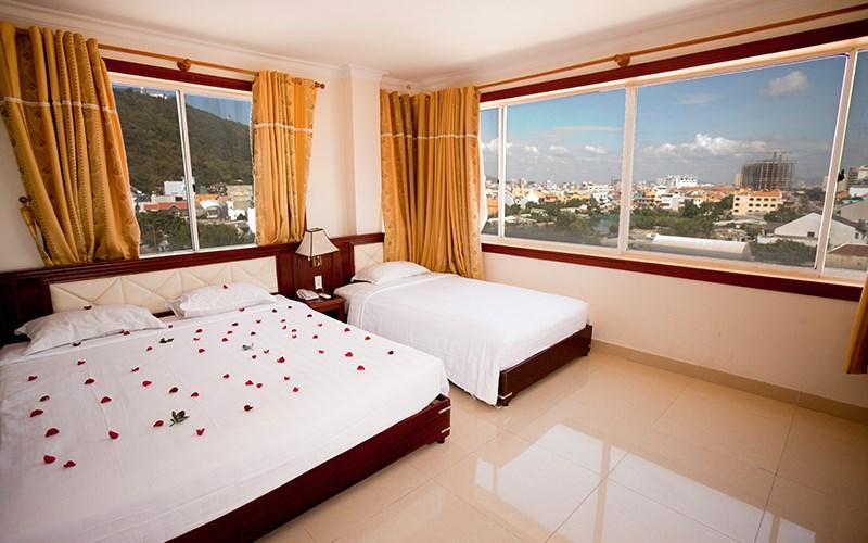 Phòng ngủ của khách sạn Bình Phương view nhìn ra thành phố