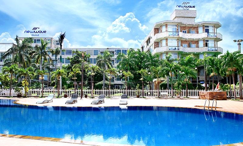 Khuôn viên bên ngoài và hồ bơi khách sạn New Wave Vũng Tàu