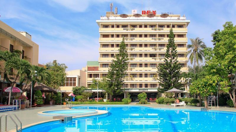Khu vực hồ bơi ở Rex Hotel Vũng Tàu