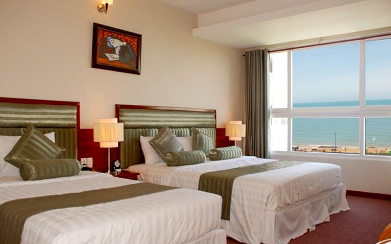 Không gian phòng ngủ với view nhìn ra biển ở The Coast Hotel