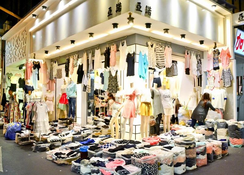 Các cửa hàng bán quần áo ở chợ đêm