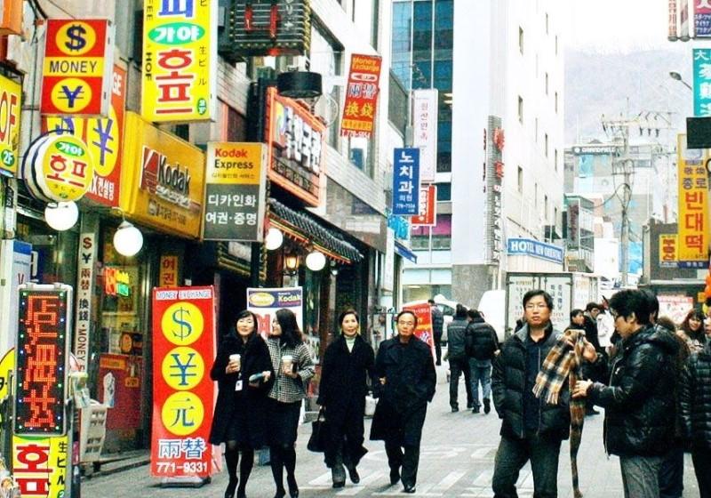 Những quầy thu đổi ngoại tệ ở khu phố Myeongdong