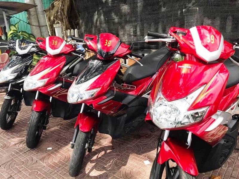 Những chiếc xe máy được đánh số trong cửa hàng thuê xe Minh Hải