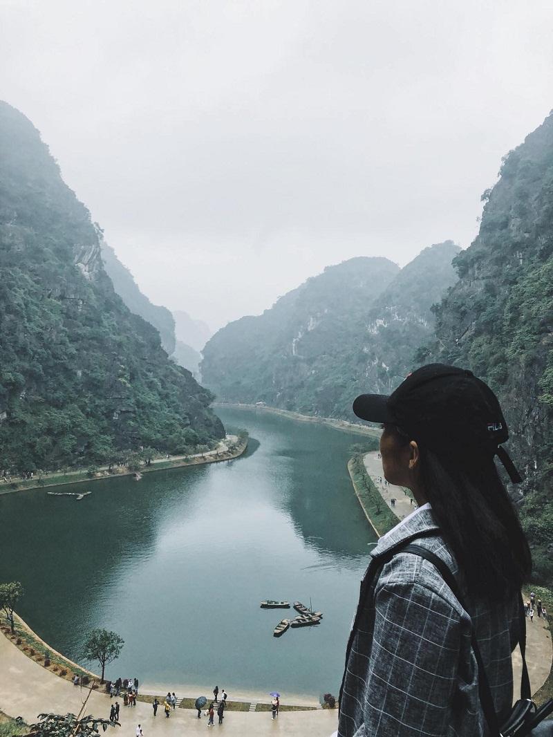 Tuyệt Tình Cốc với cảnh hồ nước uốn lượn dưới chân núi