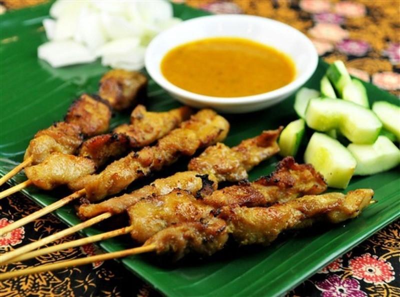Món satay là các loại xiên thịt gà, thịt bò kèm nước sốt