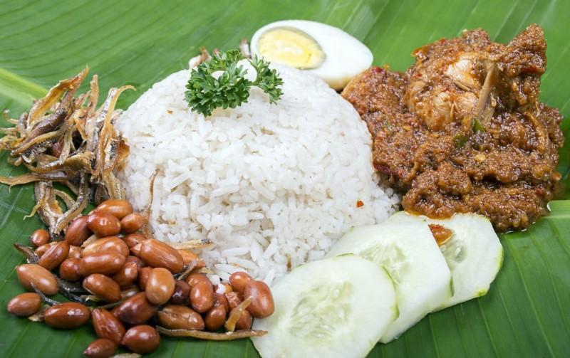 Món nasinadang món cơm được nấu trong nước cốt dừa với cà ri cá