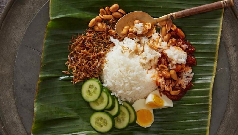 Món Nasi Lemak gồm thịt bò, rau, đậu phộng và trứng luộc