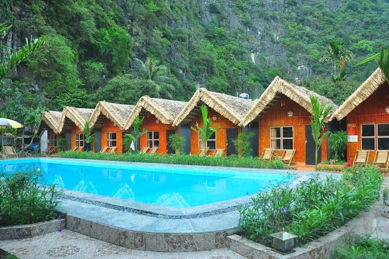 an phu homestay ninh binh có những căn bungalow ngay dưới chân núi và bể bơi