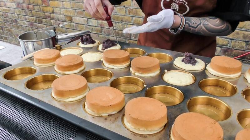 Imagawayaki là những miếng bánh dày chứa đậu đỏ và socola
