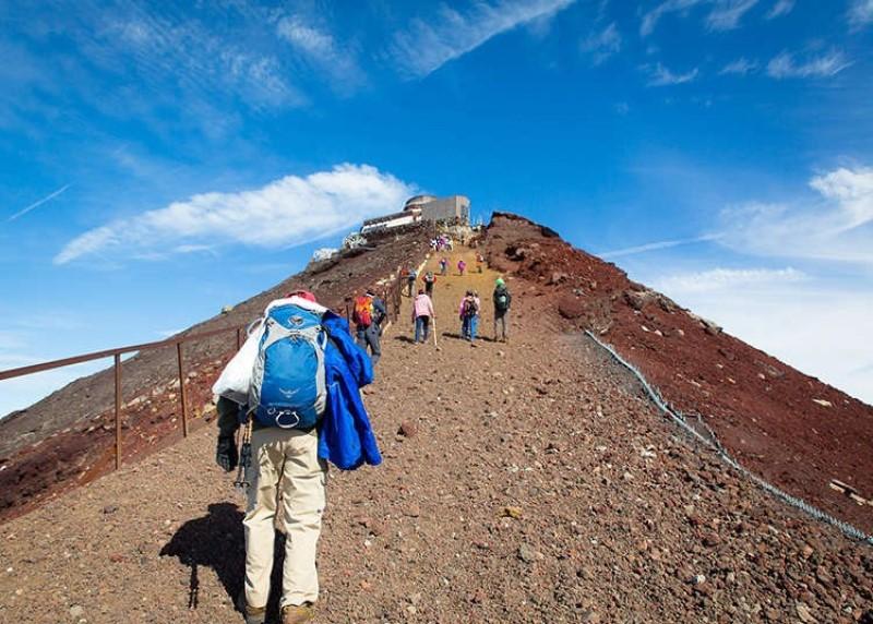Đoàn người đang trên đường chinh phục đỉnh núi Phú Sĩ
