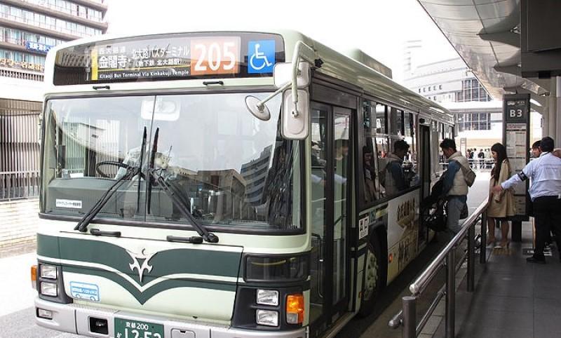 Xe buýt đang đón khách