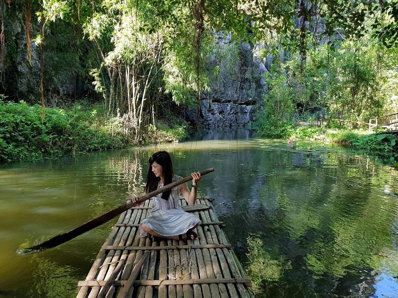 Chèo thuyền tre tại Chez beo homestay Ninh Bình