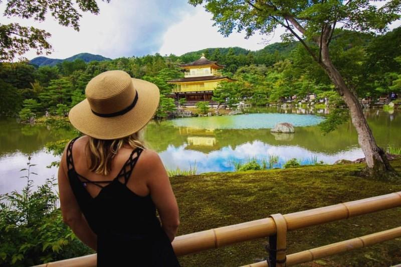 Ngắm cảnh tại chùa Vàng Nhật Bản