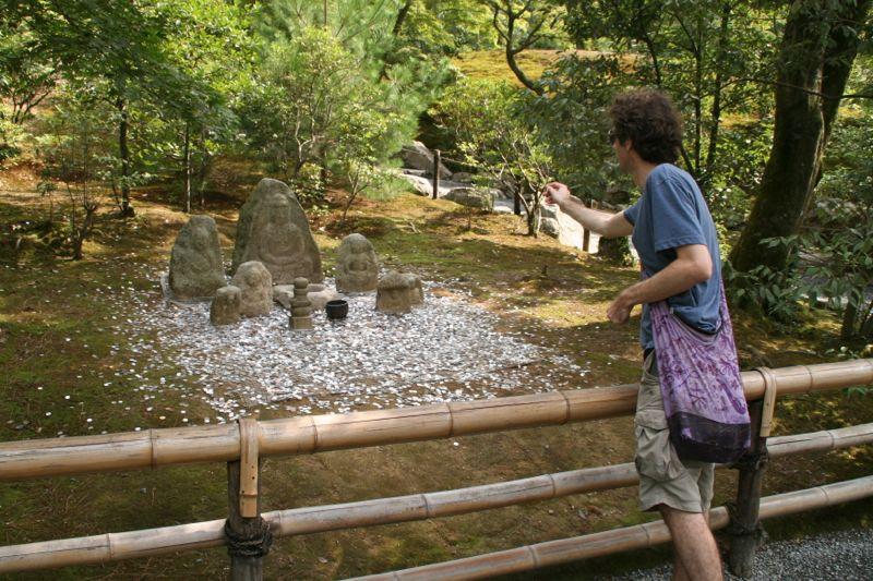 Những bức tượng trong khu vườn chạm khắc bởi Kobo Daishi