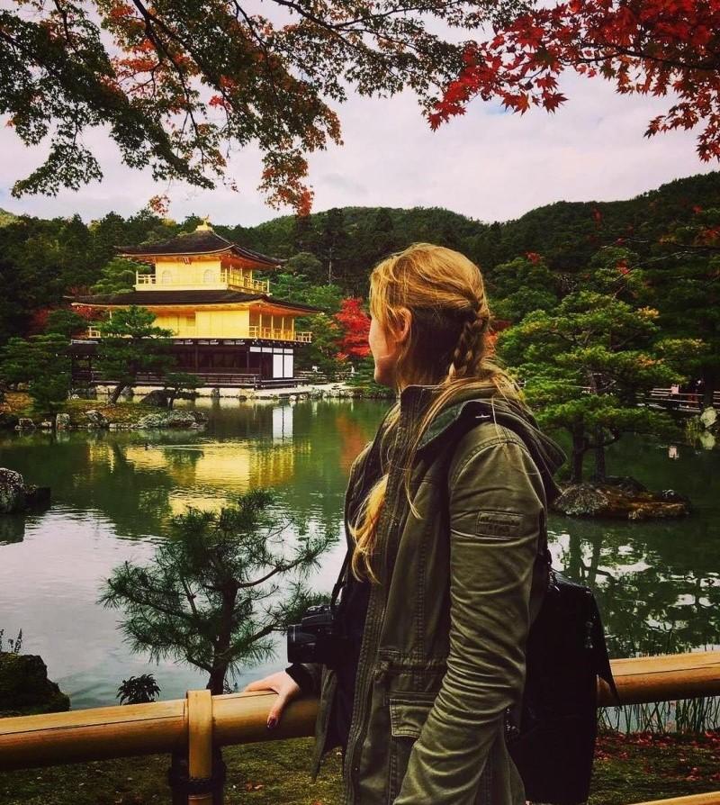 Người ngoại quốc check in tại chùa Vàng Nhật Bản