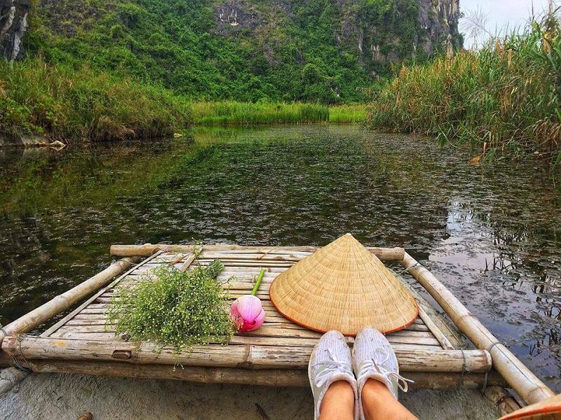 Đi bè gỗ khám phá đầm Vân Long