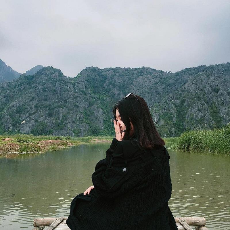 Đầm Vân Long được bao quanh bởi những dãy núi trùng điệp