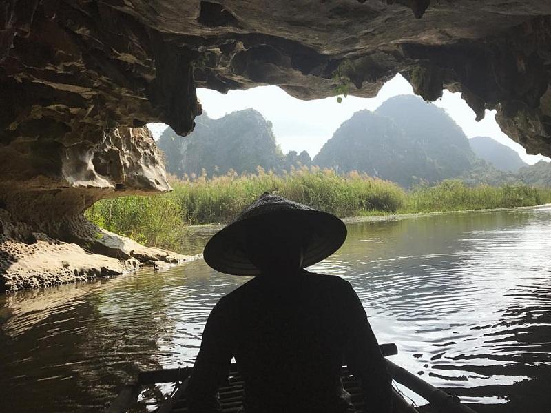 Đi thuyền khám phá các hang động độc đáo